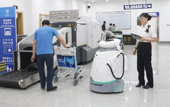Robot at Zhanjiang Airport speeds up customs clearance