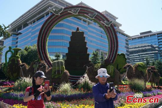 Floral designs boost festive atmosphere for National Day in Beijing